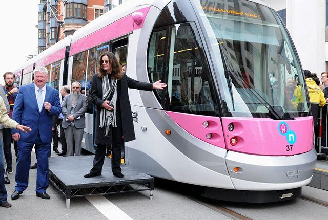 Na snímke rockový spevák Ozzy Osbourn (vpravo) pózuje vedľa električky, ktorá dostala po ňom meno