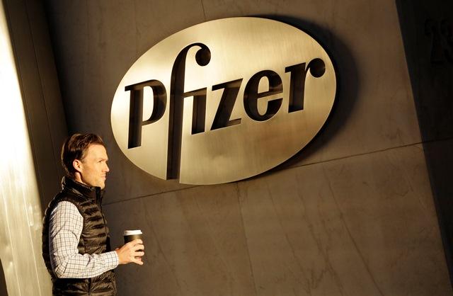 Na snímke muž vstupuje do sídla Pfizeru v New Yorku