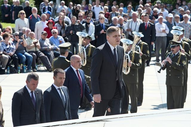 Na snímke v popredí premiér SR Robert Fico, podpredseda vlády SR Peter Pellegrini (vľavo) a minister zdravotníctva SR Tomáš Drucker (druhý zľava) počas pietneho aktu pri príležitosti 71. výročia Dňa víťazstva nad fašizmom na pamätníku na Slavíne