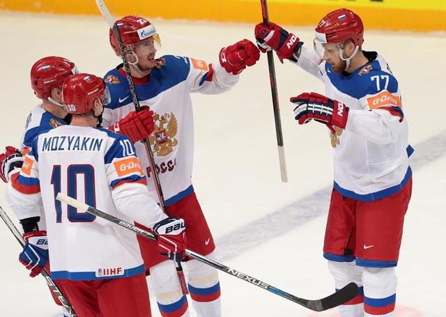 Na snímke ruský hokejista Anton Belov (vpravo) sa raduje z gólu so spoluhráčmi počas zápasu základnej A-skupiny Kazachstan - Rusko na Majstrovstvách sveta v ľadovom hokeji