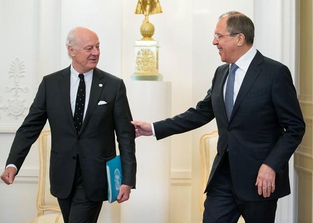 Na snímke šéf ruskej diplomacie Sergej Lavrov (vpravo) a osobitný vyslanec OSN pre Sýriu Staffan de Mistura