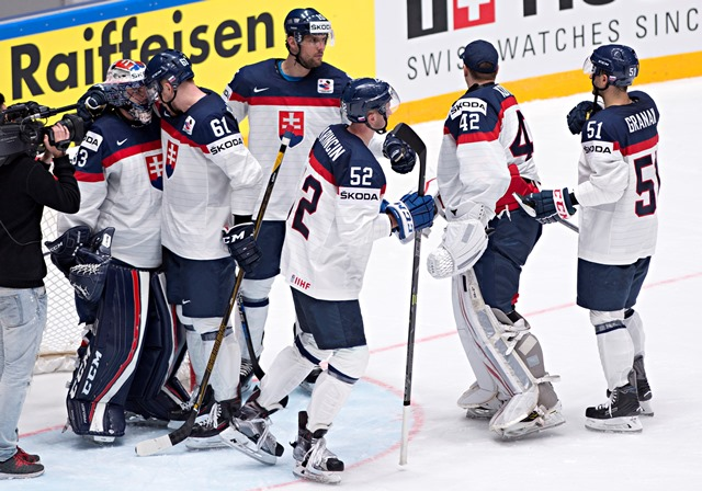 Na snímke slovenskí hokejisti
