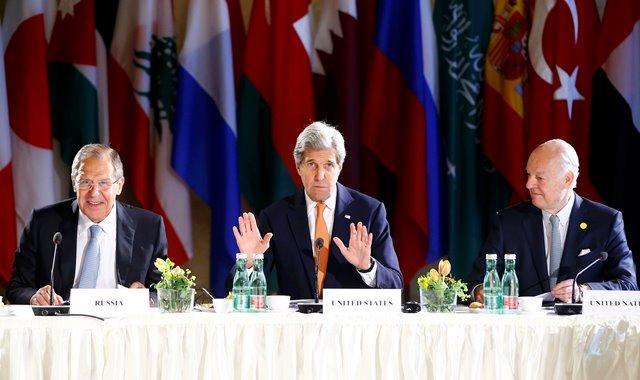 Na snímke americký minister zahraničných vecí John Kerry (v strede), šéf ruskej diplomacie Sergej Lavrov (vľavo) a osobitný vyslanec OSN pre Sýriu Staffan de Mistura (vpravo)
