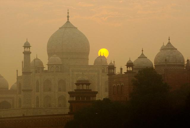Na snímke východ slnka nad Tádž Mahalom v indickej agre