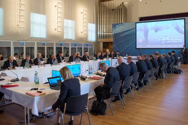 Na snímke pohľad na zasadnutie exekutívy UEFA v Bazileji