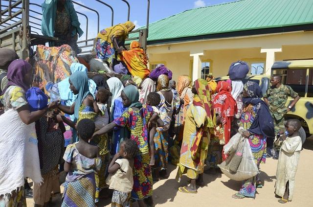 Na archívnej snímke SÚ ženy a deti, ktoré zachránili nigérijskí vojaci z rúk Boko Haram