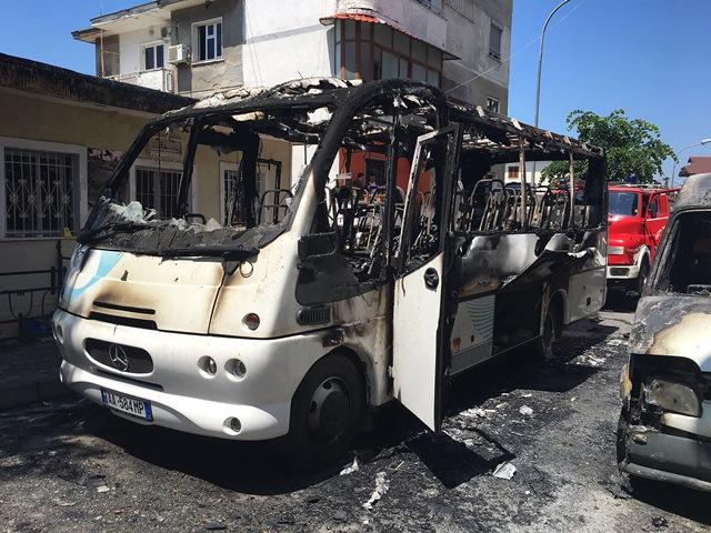 Na snímke zhorený autobus