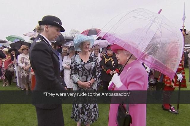 """Britská kráľovná ALžbeta II. a  nová veliteľka polície v Londýne Lucy D'Orsiová sa rozprávajú v záhrade Buckinghamského paláca v Londýne v utorok 10. mája 2016. Britská kráľovná sa v utorok posťažovala, že členovia čínskej delegácie sa počas vlaňajšej návštevy čínskeho prezidenta Si Ťin-pchinga v Spojenom kráľovstve zachovali """"veľmi hrubo"""" k britskej veľvyslankyni pôsobiacej v Pekingu a jej policajnému sprievodu"""