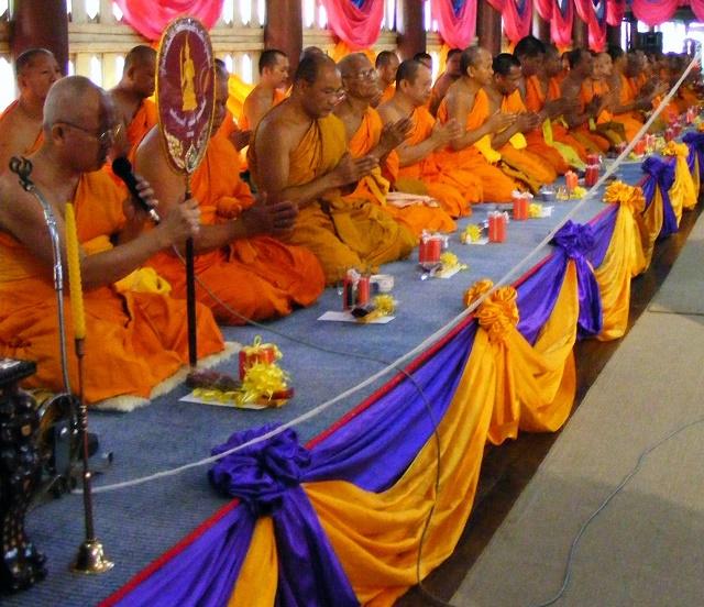 Budhistickí mnísi pri meditácii