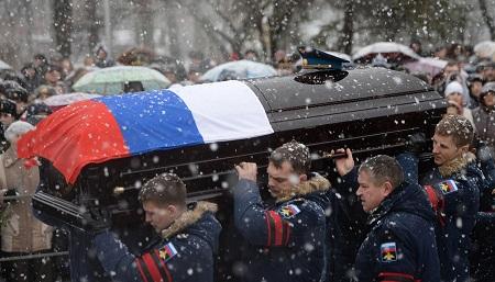 Na archívnej snímke vojaci nesú telo podplukovníka Ivana Čeremisina na miesto posledného odpočinku Foto: meduza.io