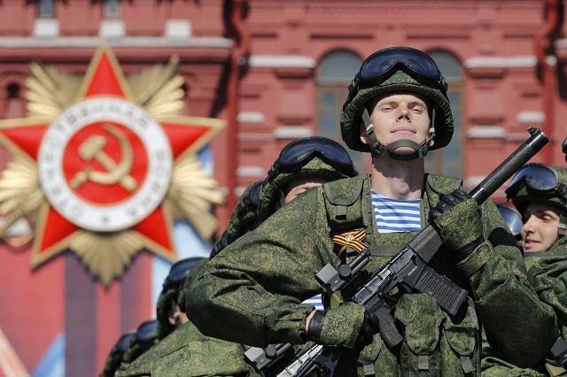 Ruskí vojaci pochodujú na vojenskej prehliadke počas osláv Dňa víťazstva na Červenom námestí v Moskve 9. mája 2016, ktorým si Rusko pripomína 71. výročie kapitulácie nacistického Nemecka v druhej svetovej vojne