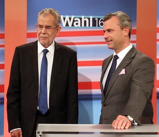 Na snímke kandidát pravicovej populistickej Slobodnej strany Rakúska (FPÖ) v prezidentských voľbách Norbert Hofer (vpravo) a  jeho súper, bývalý šéf rakúskych Zelených Alexander Van der Bellen čakajú na výsledky prezidentských volieb v štúdiu ORF vo Viedni 22. mája 2016