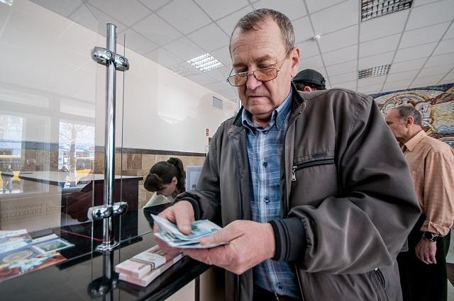 Ukrajinský dôchodca si spočitáva svoj dôchodok