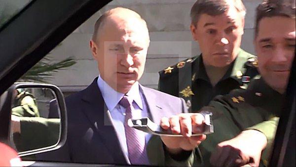 Ruský prezident Vladimir Putin prezrel vo štvrtok 12. mája v Soči novú vojenskú techniku pre armádu