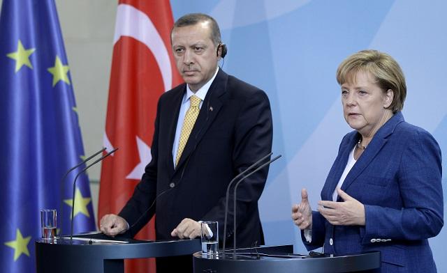 Na snímke turecký premiér Recep Tayyip Erdogan (vľavo) a nemecká kancelárka Angela Merkelová