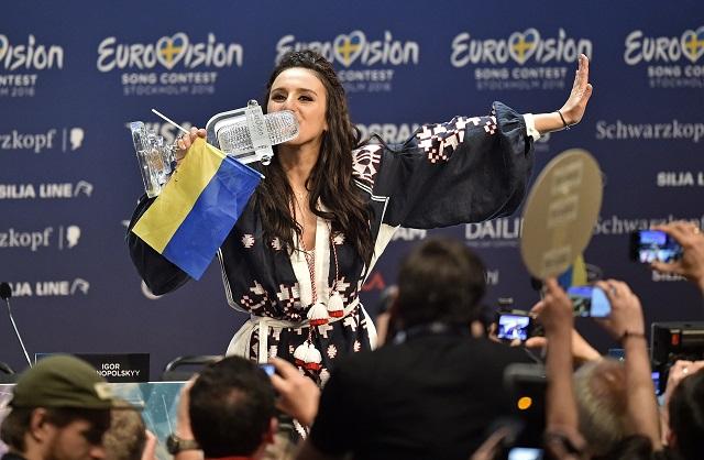 "Na snímke krymská Tatárka Jamala  bozkáva trofej víťazky súťaže Eurovízia 2016 za pieseň ""1944"""