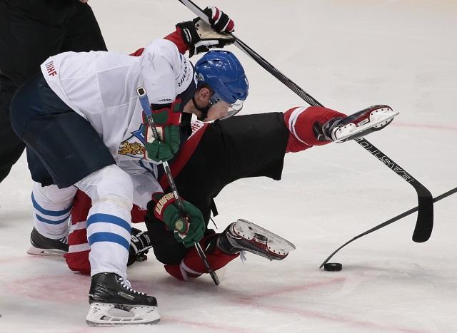 Na snímkevľavo  fínsky hokejista Mikko Koivu a Kaňadan Derick Brassard počas zápasu v majstrovstvách sveta v ľadovom hokeji