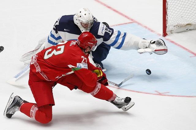 Bieloruský hokejista Andrej Stas strieľa gól brankárovi Fínska Mikkovi Koskinenovi  počas zápasu základ B-skupiny na MS v hokeji v ruskom Petrohrade 6. mája 2016