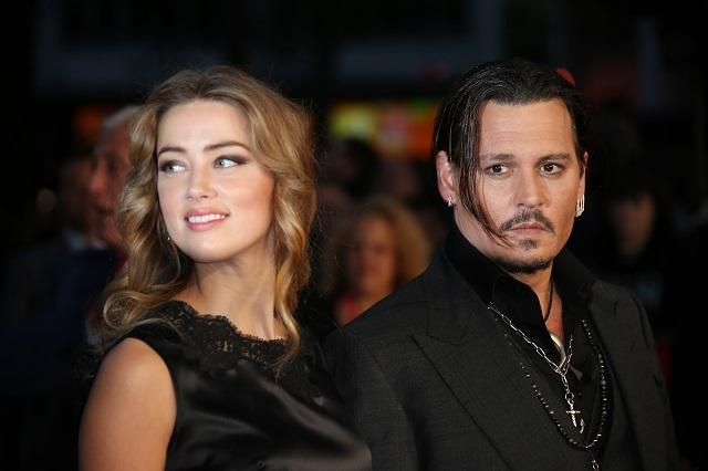 Na archívnej snímke herec Johny Depp (vpravo) jeho manželka  Amber Deppová