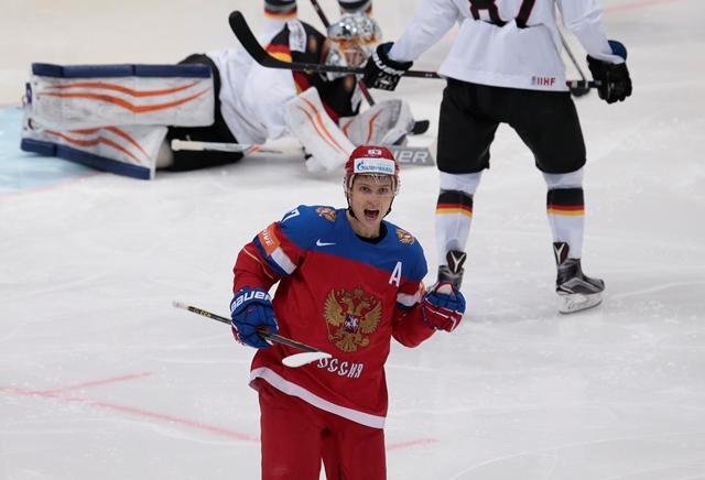 Na snímke ruský hráč Vadim Šipachjov oslavuje druhý gól do bránky Nemecka