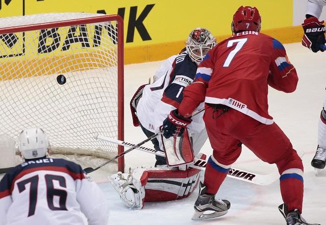 Ruský hráč Ivan Telegin strieľa štvrtý gól brankárovi USA Keithovi Kinkaidovi (v strede) v zápase o tretie miesto Rusko - USA na MS v hokeji v Moskve 22. mája 2016