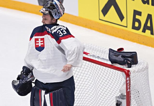 Na snímke slovenský brankár Július Hudáček po treťom inkasovanom góle v zápase B-skupiny MS v hokeji Slovensko - Fínsko v Petrohrade v nedeľu 15. mája 2016