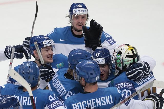 Kazašskí hokejisti sa tešia po víťazstve nad Švajčiarskom 3:2 po predĺžení v zápase základnej A- skupiny Majstrovstiev sveta v ľadovom hokeji 7. mája 2016 v Moskve
