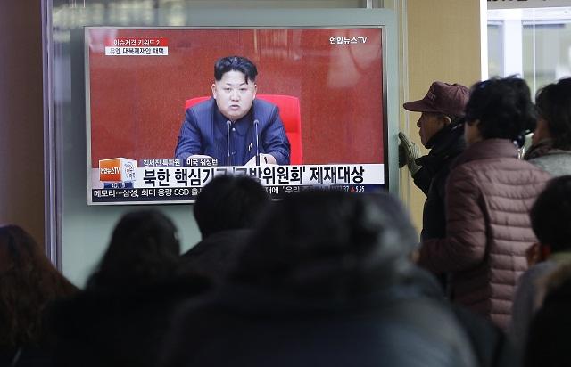 Ľudia sledujú televízne správy, kde ukazujú severokórejského lídra Kim Čong-una