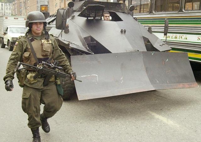 Na archívnej snímke príslušník kolumbijskej polície