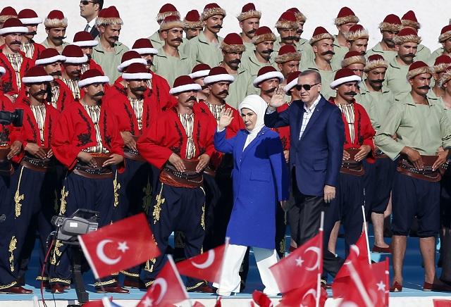 Na snímke počas osláv Recep Tayyip Erdogan a jeho manželka  Emine Erdogan