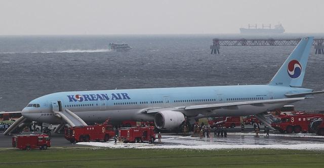 Na snímke hasiči hasia lietadlo spoločnosti Korean Air, ktorému začal horieť motor v okamihu, keď sa chystalo vzlietnuť z letiska Haneda v japonskom Tokiu 27. mája 2016. Všetkých 302 cestujúcich a 17 členov posádky evakuovali. Päť žien a dvaja muži utrpeli podľa všetkého zranenia