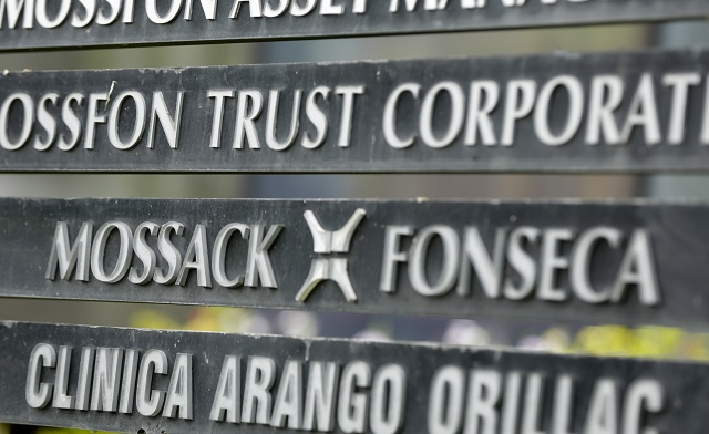Na snímke je informačná tabuľa s nápisom právnickej firmy Mossack Fonseca. Firma Mossack Fonseca minulý týždeň vyhlásila, že ICIJ zaslala list, v ktorom novinárov vyzýva, aby databázu nezverejňovali
