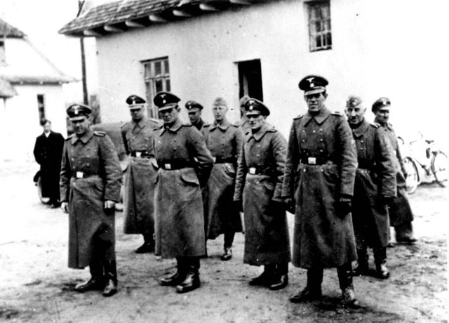 Na snímke z archívu Jad Vašem v Jeruzaleme z roku 1942 sú príslušníci jednotiek SS