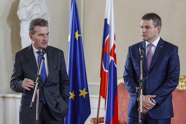 Na snímke komisár Európskej únie (EÚ) pre digitálnu ekonómiu a spoločnosť Günther Oettinger  (vľavo) a podpredseda vlády SR pre investície Peter Pellegrini