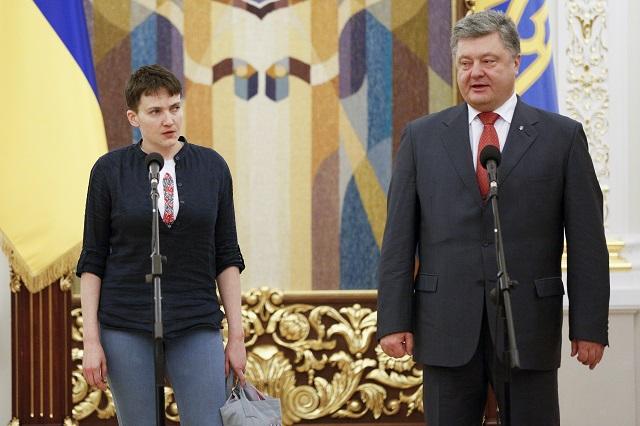 Nadija Savčenková (vľavo) a ukrajinský prezident Petro Porošenko počas prijatia