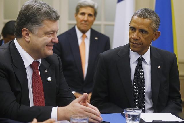 Prezident USA Barack Obama (vpravo) a ukrajinský prezident Petro Poroššenko, v pozadí minister zahraničných vecí USA  John Kerry