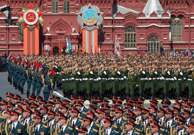 Na snímke z roku 2015 ruskí vojaci pochodujú počas  jednej z najväčších vojenských prehliadok v ruských dejinách pri príležitosti osláv 70. výročia ukončenia druhej svetovej vojny v Európe a víťazstva ZSSR nad nacistickým Nemeckom na Červenom námestí v Moskv