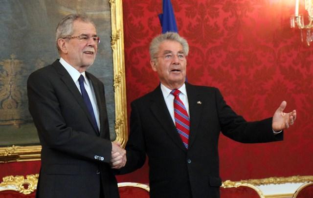 Na snímke rakúsky prezident Heinz Fischer (vpravo) víta víťaza rakúskych prezidentských volieb Alexandra Van der Bellena