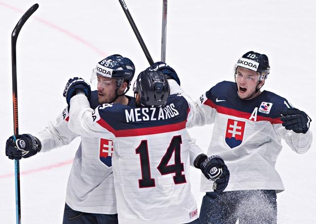 Na snímke gólová radosť Slovákov, zľava strelec gólu Martin Bakoš, Andrej Meszároš a Martin Réway počas zápasu