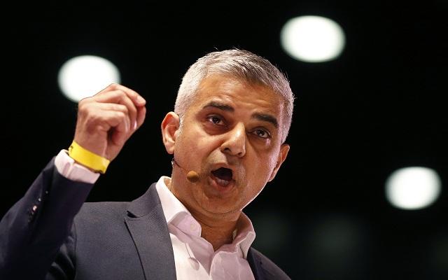 Na snímke novozvolený starosta Londýna Sadiq Khan - prvý moslim v tejto funkcii