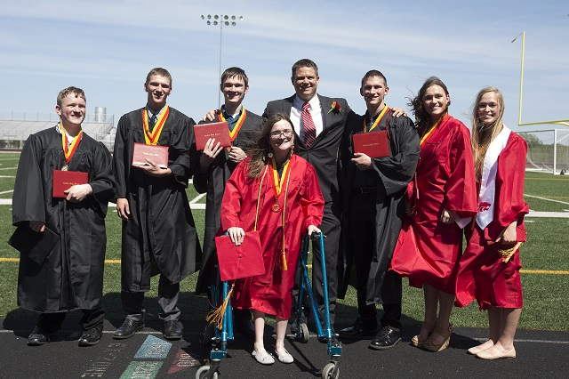Na snímke zľava Nathan, Kenny Jr., Joel, Alexis, Matthew Blackstone, Brandon, Kelsey a Natalia