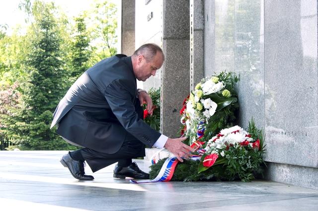 Na snímke  minister obrany SR Peter Gajdoš  pri kladení venca počas pietneho aktu pri príležitosti 71. výročia Dňa víťazstva nad fašizmom na pamätníku na Slavíne