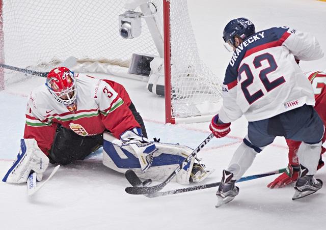 Na snímke Vladimír Dravecký (Slovensko) a vľavo brankár Miklós Rajna (Maďarsko) počas zápasu základnej B- skupiny Majstrovstiev sveta v ľadovom hokeji medzi Slovenskom a Maďarskom
