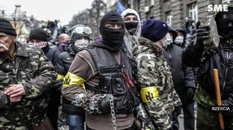 """Vo videu SME sa objavuje táto fotografia, pričom komentátor hovorí: """"V meste Borlänge sa vtedy konal pochod neonacistov."""""""