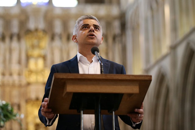 Na archívnej  snímke nový starosta Londýna Sadiq Khan reční počas zloženia prísahy