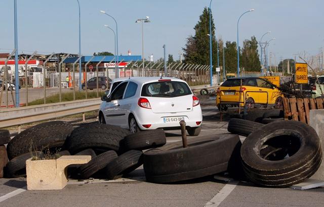 Na snímke stojace autá a pohodené pneumatiky v dôsledku štrajku rafinérii