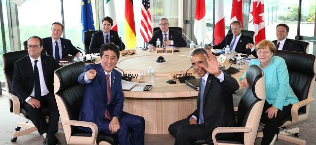 Japonský premiér Šinzo Abe (uprostred vpredu vľavo) a americký prezident Barack Obama (uprostred vpredu vpravo) sa usmievajú s lídrami skupiny siedmich priemyselne najrozvinutejších krajín sveta (G7), zľava v smere hodinových ručičiek francúzsky prezident Francois Hollande, britský premiér David Cameron, kanadský premiér Justin Trudeau, predseda Európskej komisie Jean-Claude Juncker,  predseda Európskej rady Donald Tusk, taliansky premiér Matteo Renzi a nemecká kancelárka Angela Merkelová počas pracovného rokovania v rámci summitu G7 v japonskom meste Šima