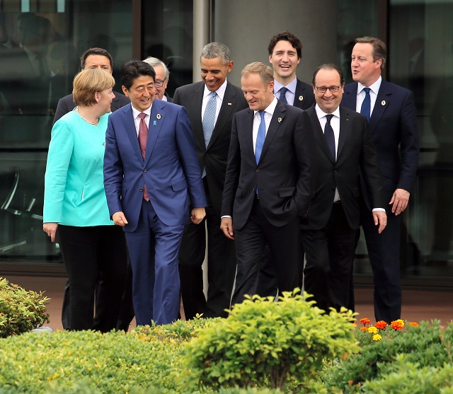 Japonský premiér Šinzo Abe (druhý zľava) vtipkuje s lídrami skupiny siedmich priemyselne najrozvinutejších krajín sveta (G7), predseda Európskej rady Donald Tusk, taliansky premiér Matteo Renzi, nemecká kancelárka Angela Merkelová, americký prezident Barack Obama, francúzsky prezident Francois Hollande, britský premiér David Cameron, kanadský premiér Justin Trudeau a predseda Európskej komisie Jean-Claude Juncker počas summitu G7