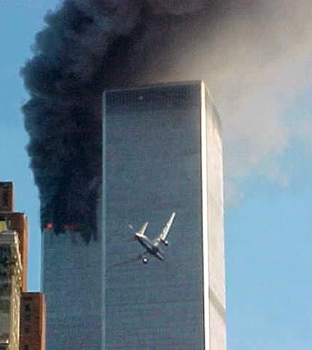 Na archívnej snímke z 11. septembra 2001 letí lietadlo smerom k jednému z dvoch mrakodrapov Svetového obchodného centra v New Yorku
