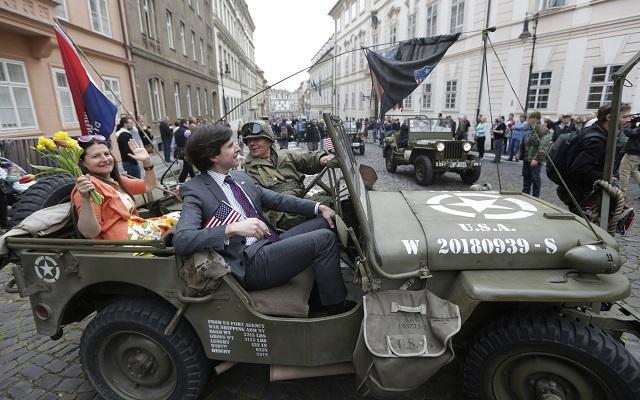 Na snímke americký veľvyslanec USA v Českej republike Andrew Schapiro (v strede)